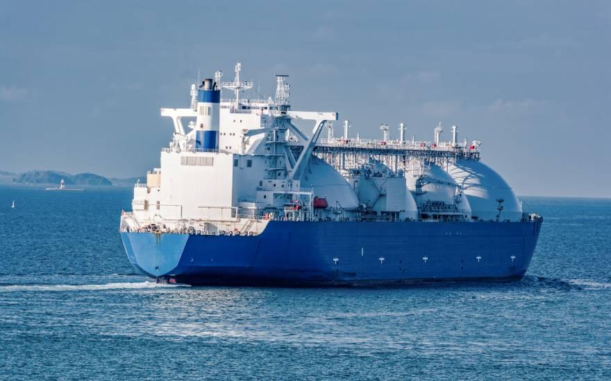 Frachtowiec wyruszający wmorze